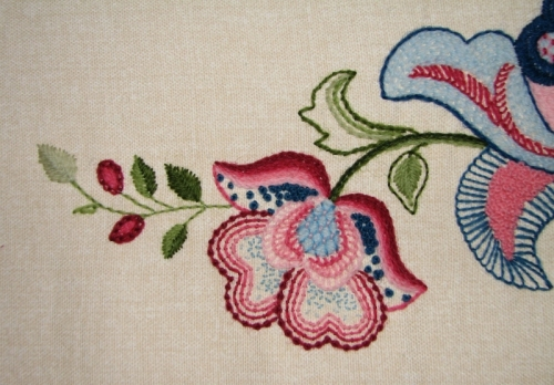 For the flowers, I used stitches such as French knots, coral stitch, buttonhole stitch, stem stitch, seeding, satin stitch and trellis couching